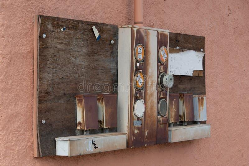 老电子装在面板上在一个老大厦的灰泥墙壁上 库存照片