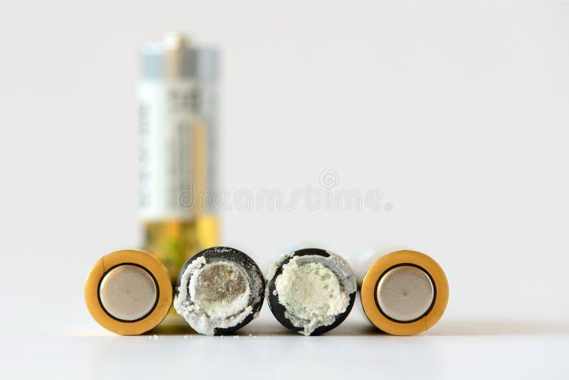 老电池漏有害废料 被隔绝的背景 碱性电池 库存照片