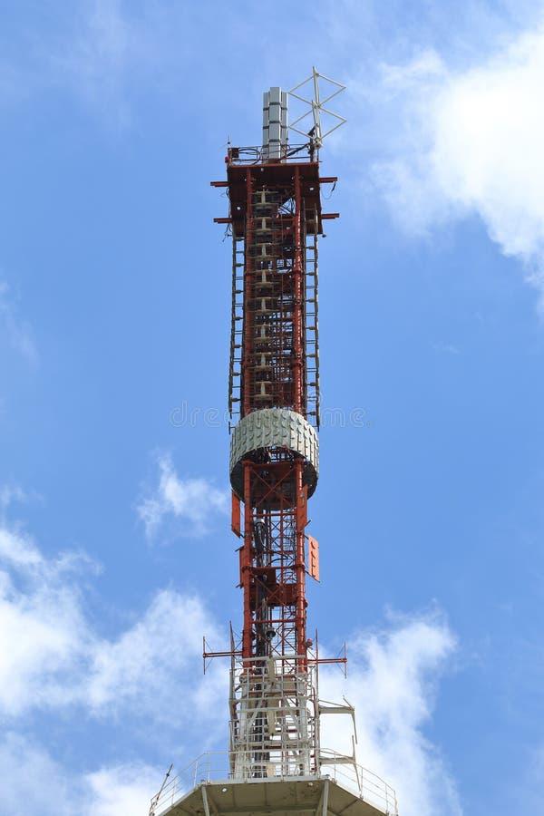 老电视塔用电信设备在Pyatigorsk,俄罗斯 库存图片