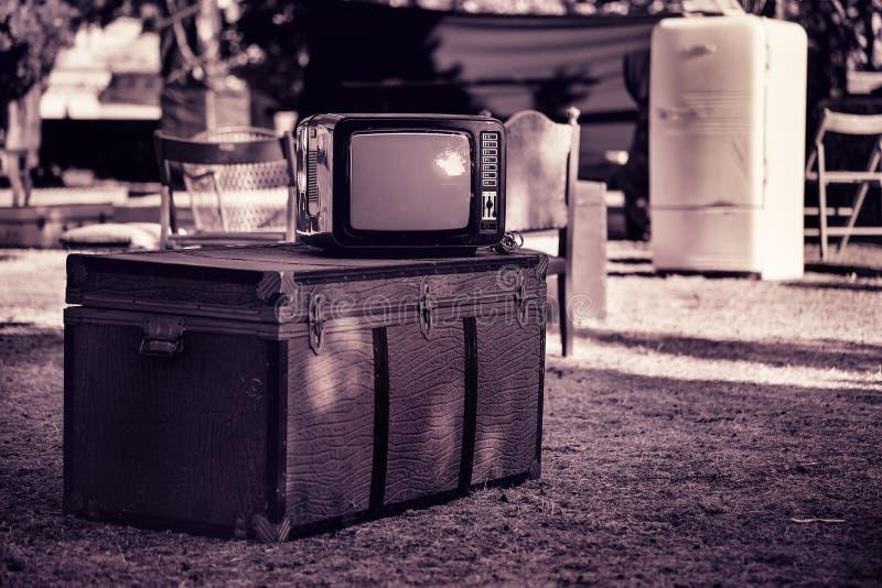 老电视,在街道的胸口 免版税库存照片