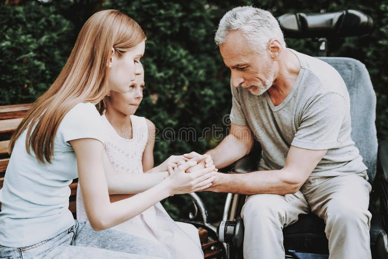 老男人和少妇 老人坐长凳 库存图片