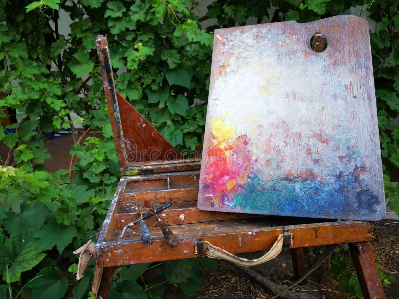 老画架被贬低的和绘的工具 免版税图库摄影