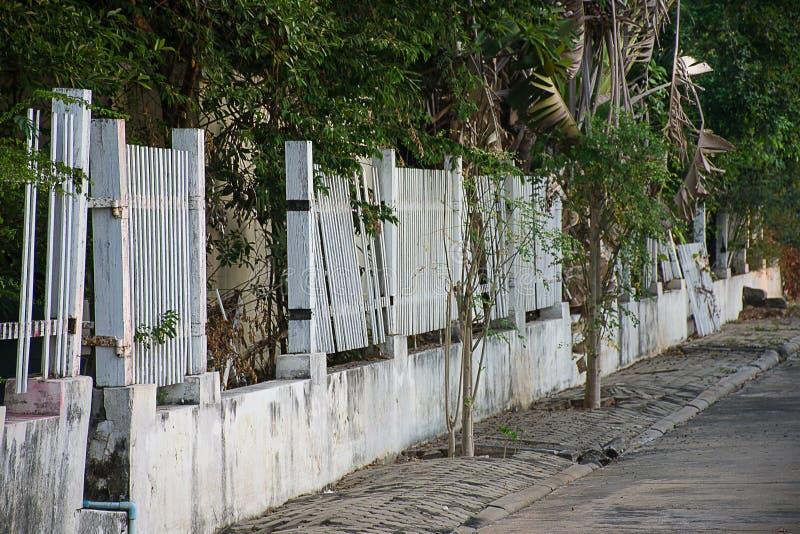 老白色木篱芭是残破的 库存图片