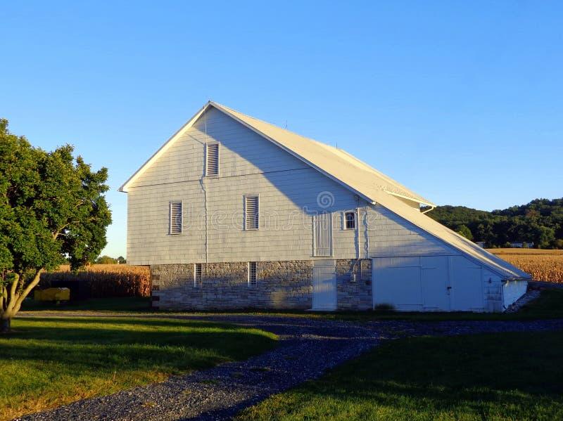 老白色谷仓在赫尔希,宾夕法尼亚 库存图片