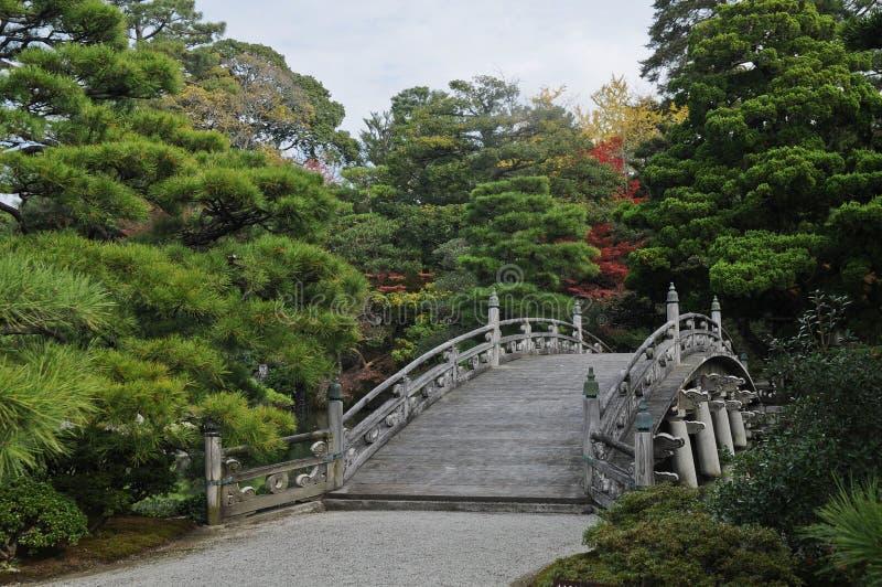 老皇家日本石桥梁在秋天 库存照片