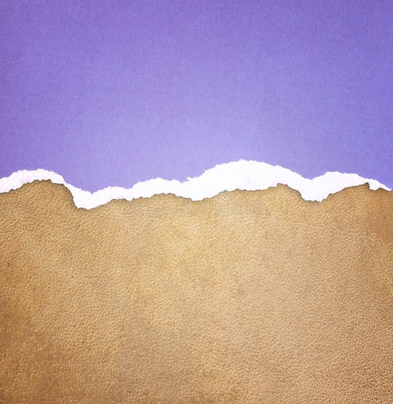 老皮革纹理背景样式和葡萄酒被撕毁的纸 免版税库存照片
