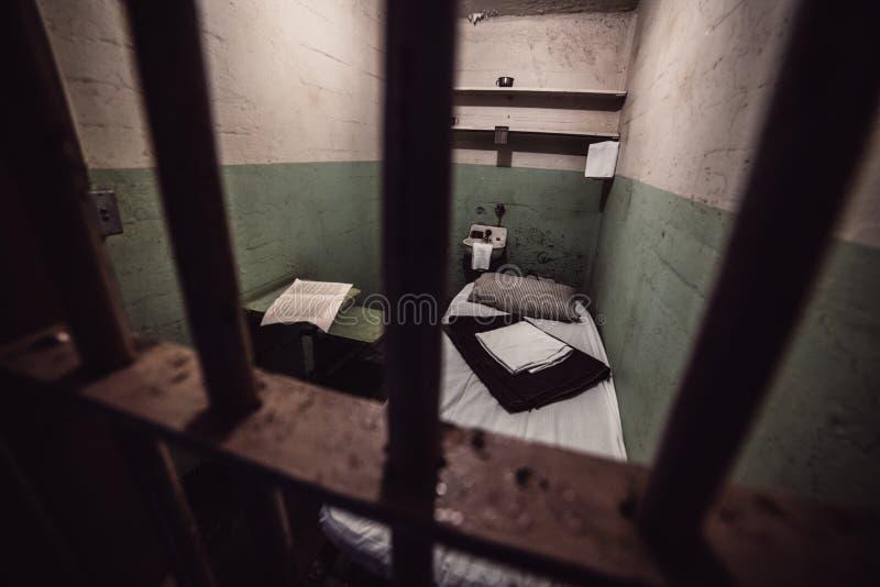 老监狱牢房在有床和休息室的监狱监狱 监狱系统概念 库存图片
