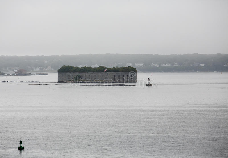老石堡垒在有雾的港口 图库摄影