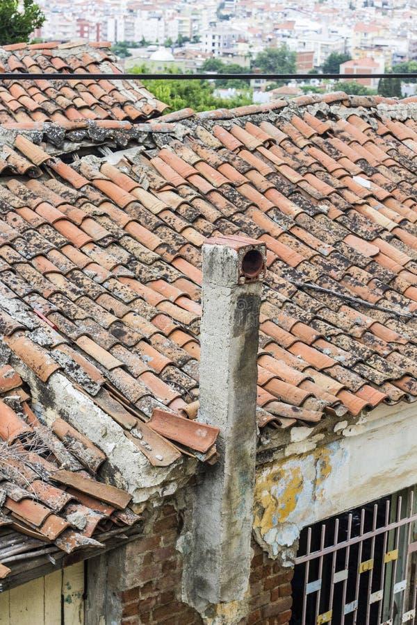 老石工透视垂直的射击在土耳其修建了住房与结束塑象天空的屋顶结构在伊兹密尔 免版税图库摄影