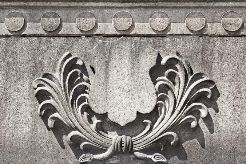 老石徽章有花卉细节的 库存照片