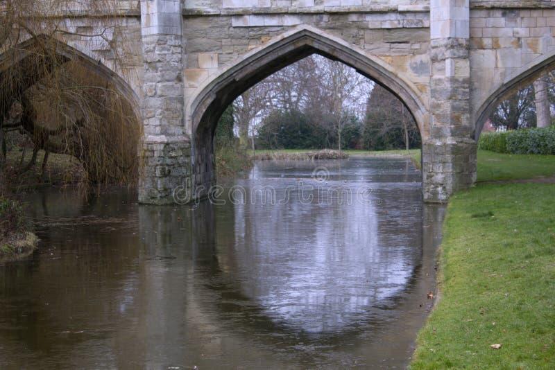 老石桥梁成拱形与护城河在英国 图库摄影