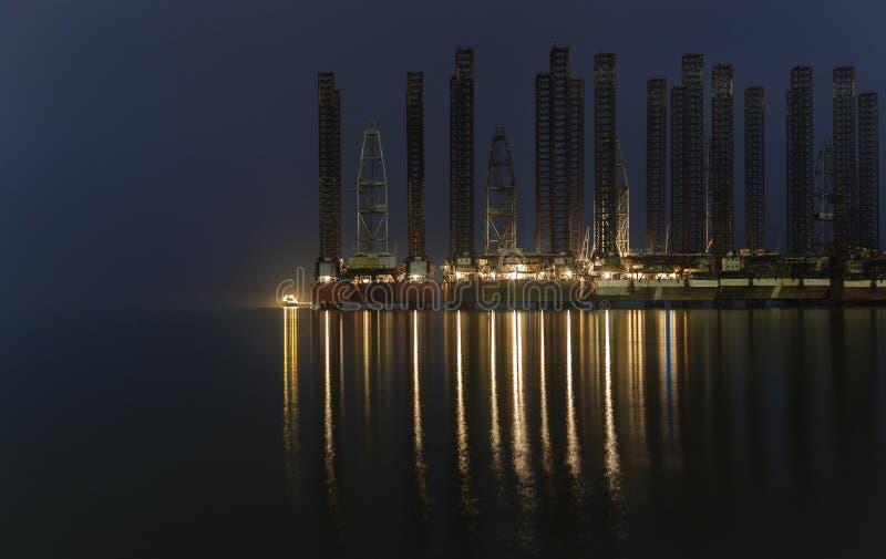 老石油平台在里海 免版税库存照片