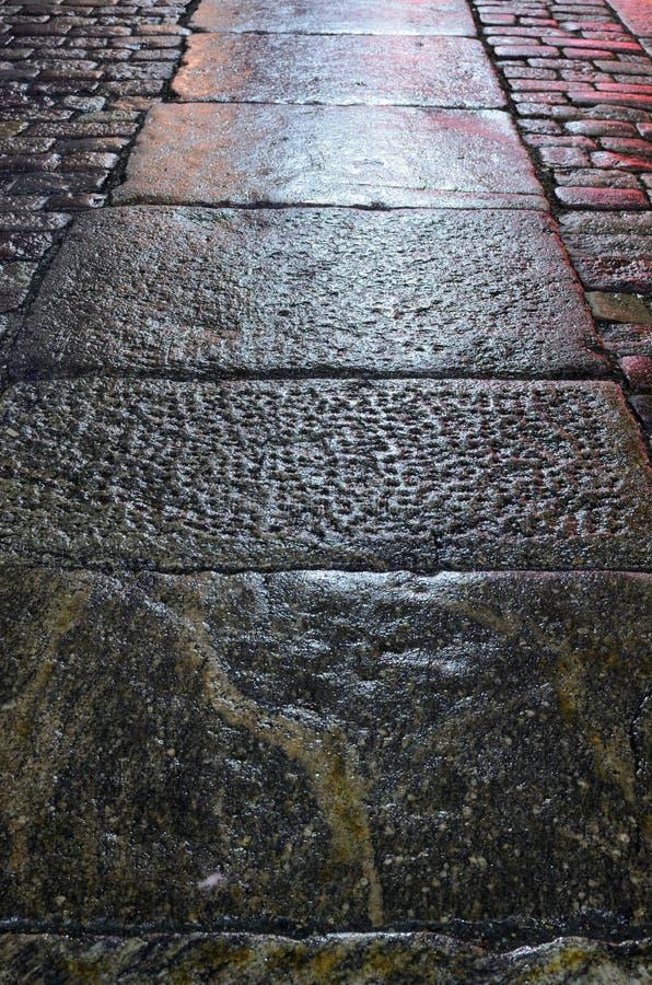 老石路面在夜 免版税图库摄影