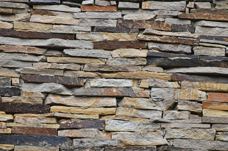 老石头层状墙壁 库存照片