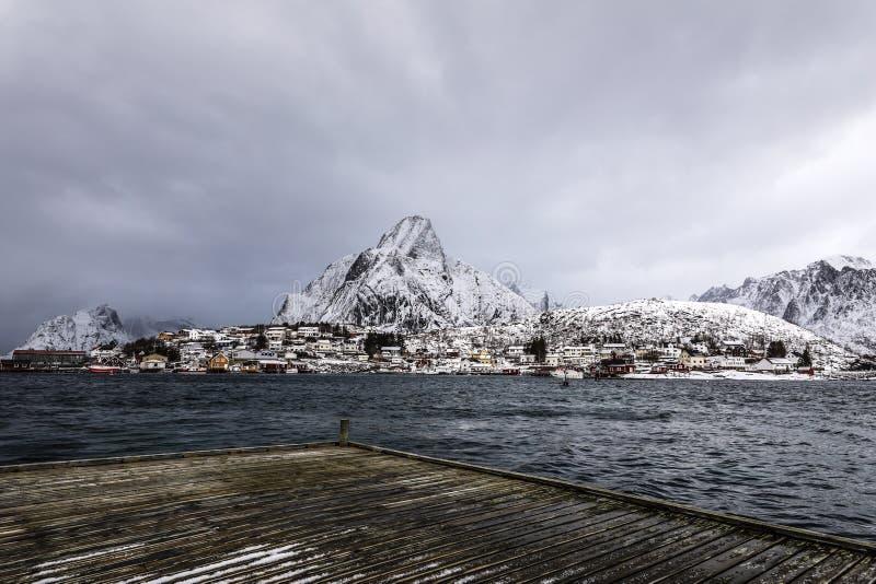 老码头在Lofoten海岛的传统渔解决 美丽的域前景横向挪威草莓 免版税库存图片