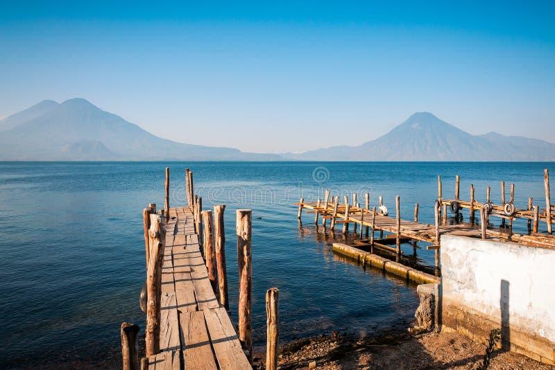 从老码头的湖Atitlan和火山视图在帕纳哈切尔, 库存图片