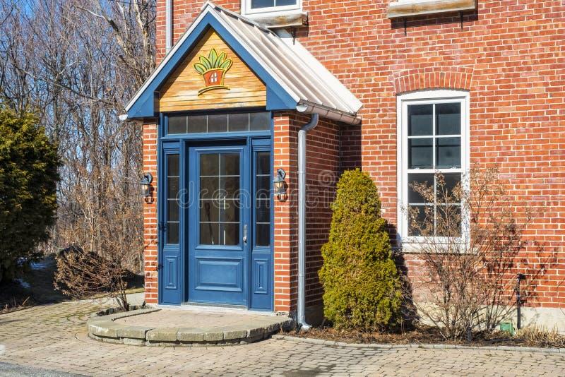 老砖房子入口 库存照片