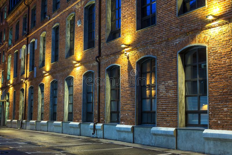 老砖房子 在老工业的夜视图 莫斯科 汉堡 免版税库存图片