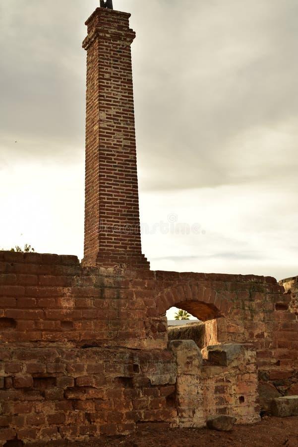 老砖糖厂废墟在Todos桑托斯,巴哈,墨西哥的 免版税库存照片