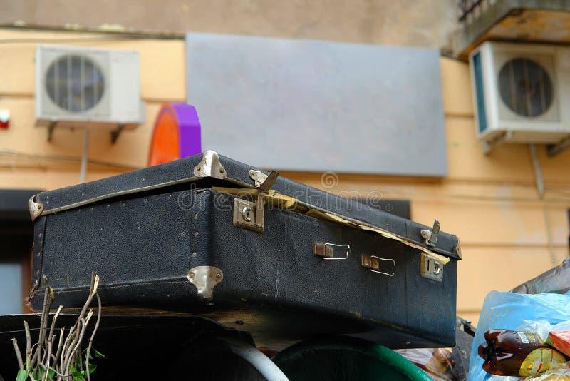 老破旧的手提箱 免版税库存照片