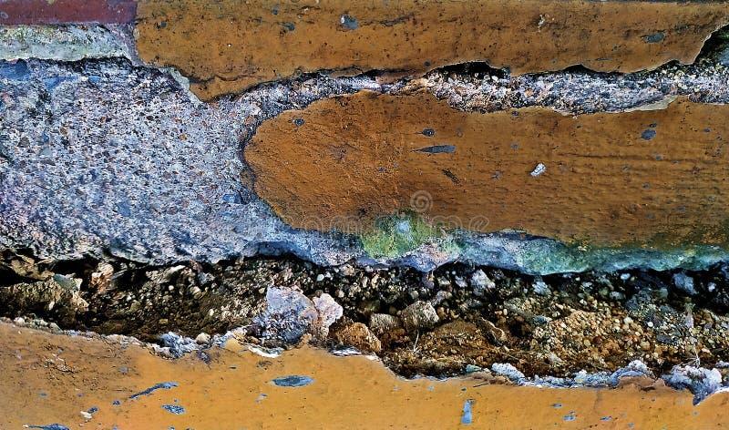 老破裂的墙壁 残破的黑水泥和肮脏的间隙背景 免版税图库摄影