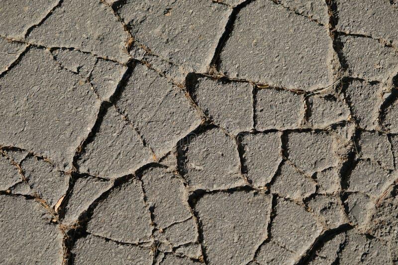 5738老破裂的沥青结构与深镇压的 摘要 库存照片