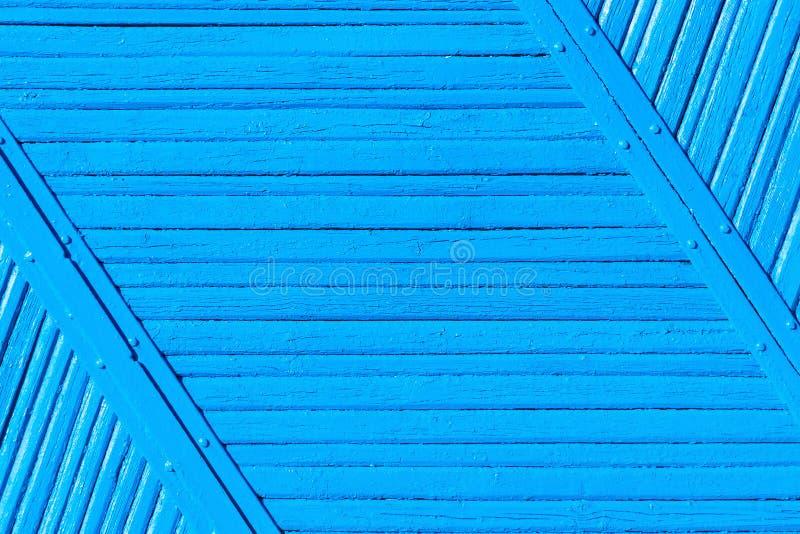 老破裂的破旧的蓝色油漆木篱芭背景 免版税库存照片