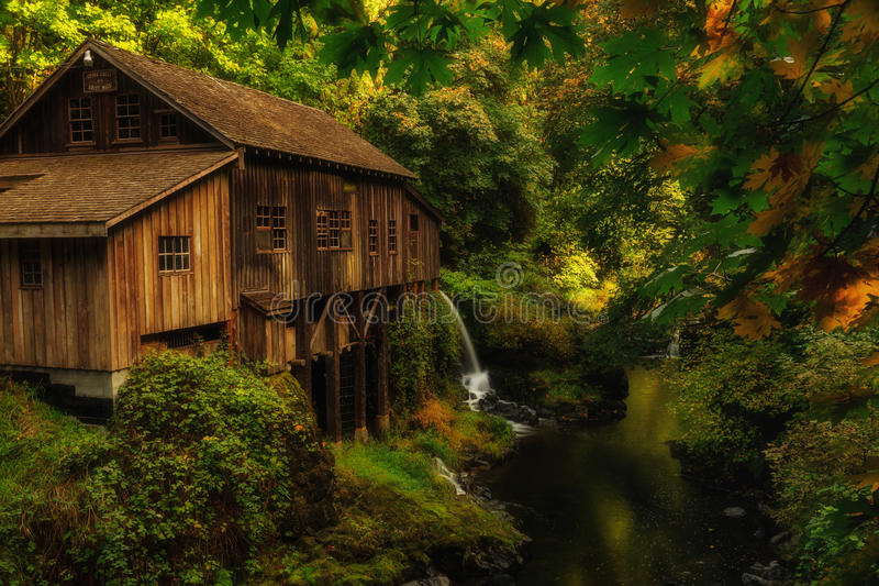 老磨房和秋天 库存照片