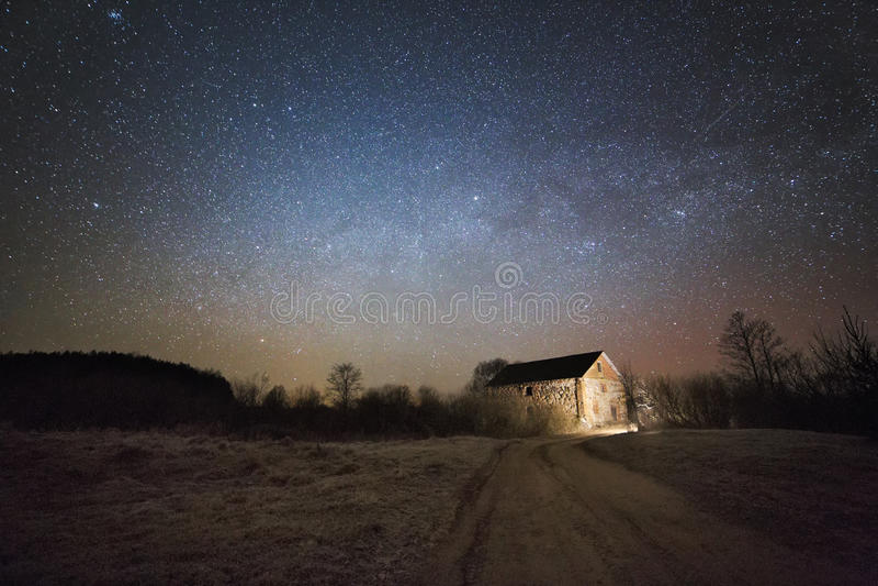 老磨房在河Neman的晚上 免版税库存照片
