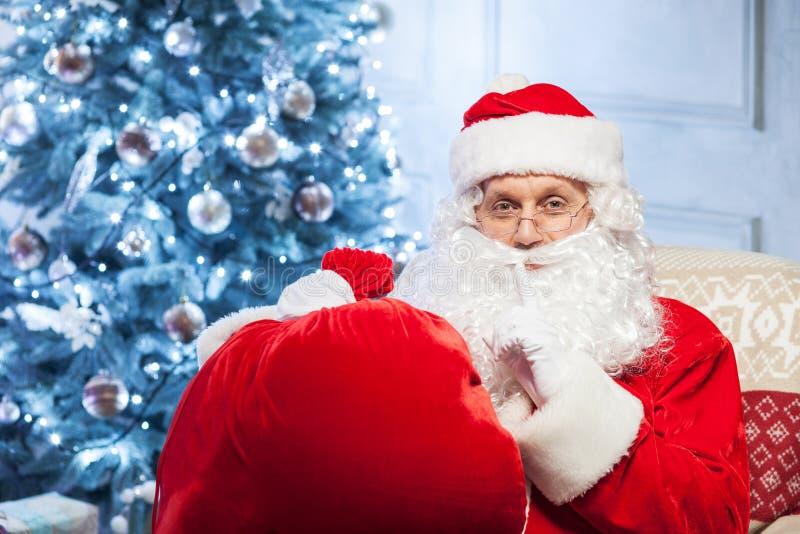 老神奇父亲圣诞节打手势 库存照片