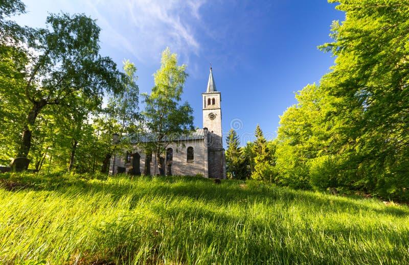 老福音派教会和坟园木头的 库存照片