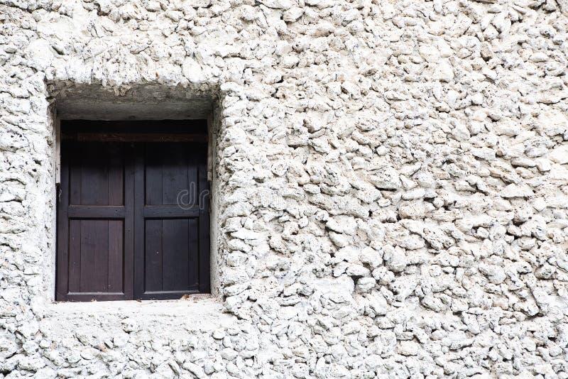 老窗口和石墙 免版税图库摄影