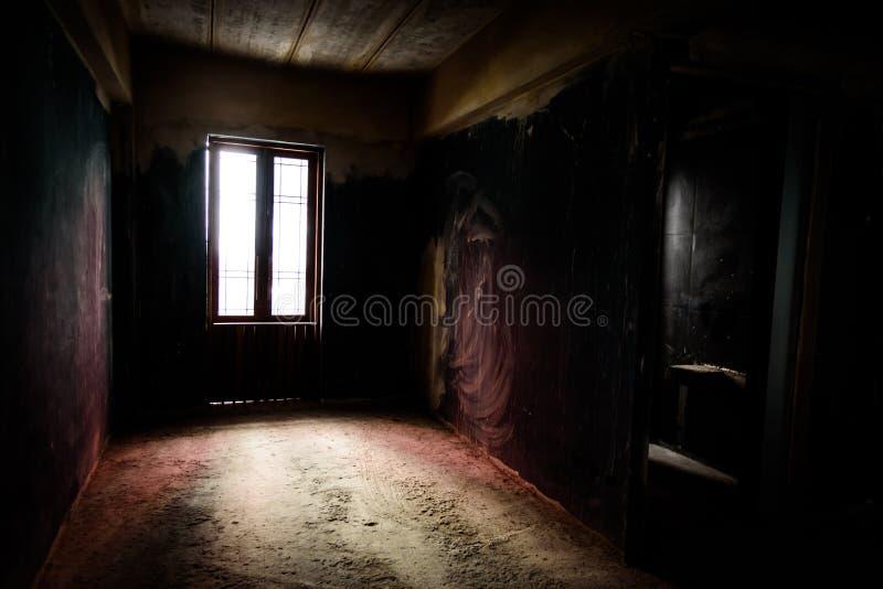 老窗口和门被放弃的被烧的内部在年迈的房子里 库存图片