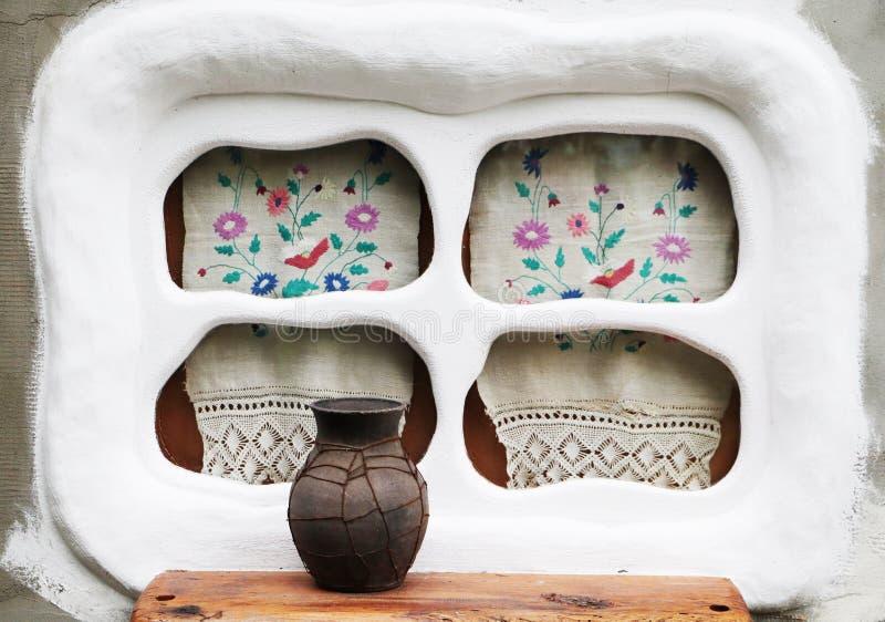 老窗口在乌克兰村庄 刺绣和glechik在窗口 库存图片
