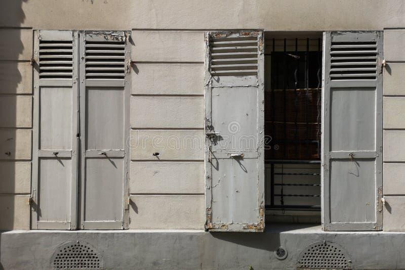 老窗口快门,开放和闭合的快门,老欧洲概念 免版税库存图片