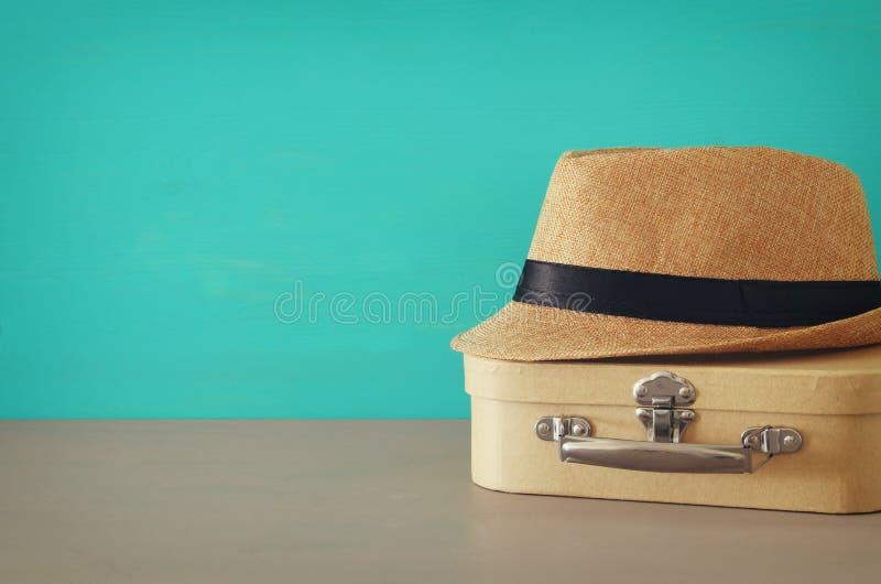 老箱子和男性浅顶软呢帽帽子的图象在木桌的 父亲` s天概念 库存图片
