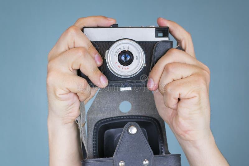 老类似物,影片照相机在手中,当射击时 库存照片