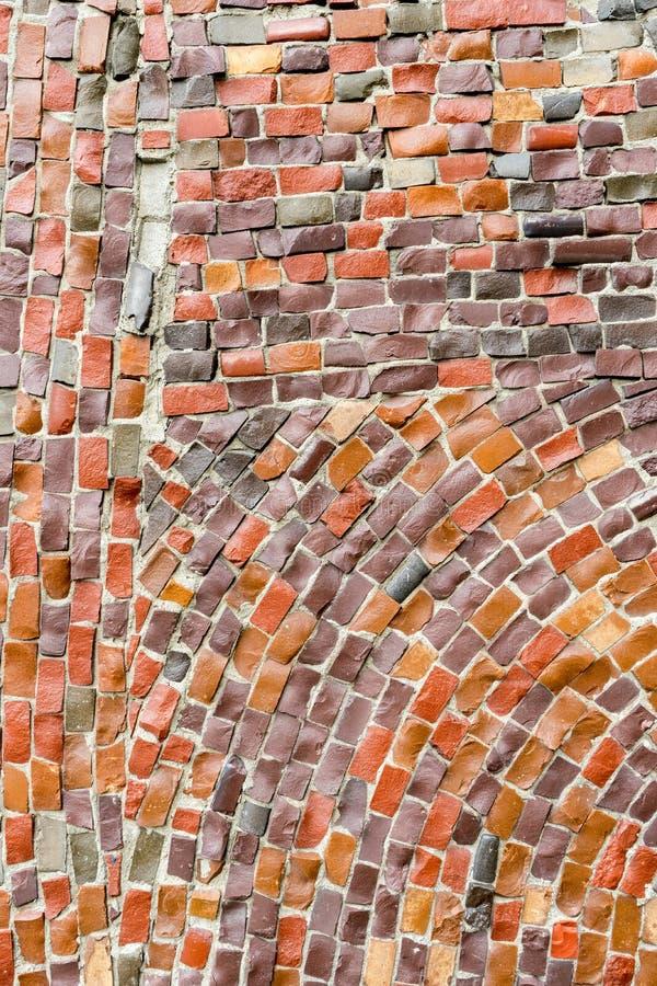 老粉碎的抽象装饰马赛克红色表面作为背景的 在墙壁大厦的多彩多姿的陶瓷石头 免版税库存照片