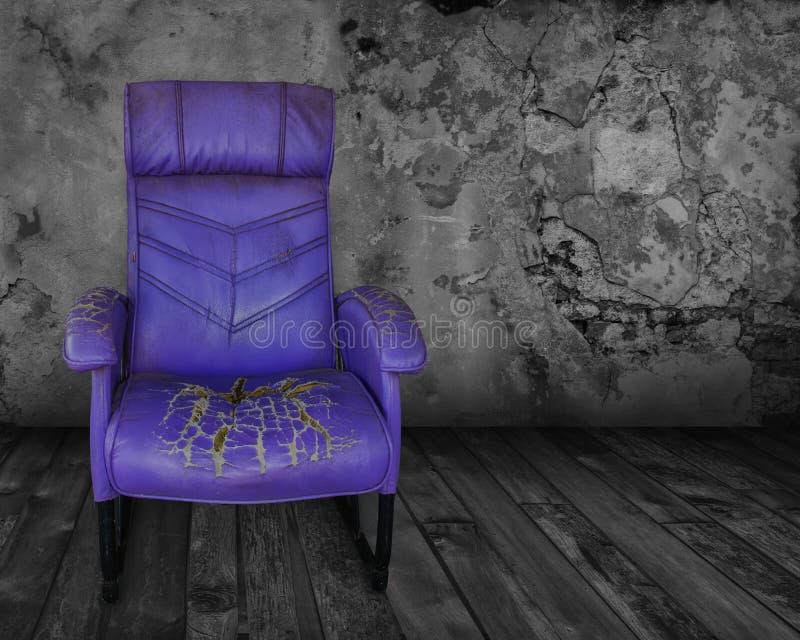 老紫色椅子在一个暗室 库存照片