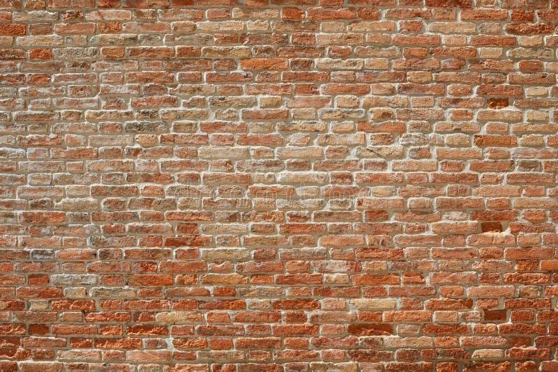 老红砖墙壁纹理背景在阳光下 免版税库存图片