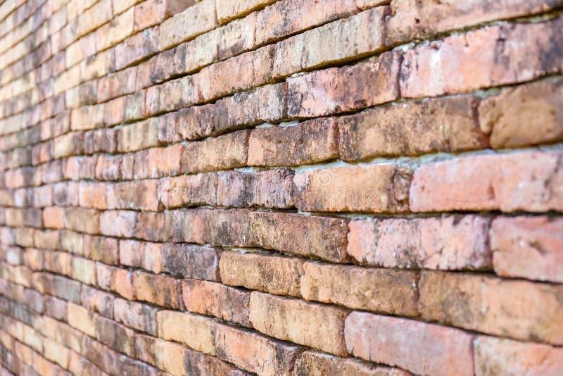 老红砖墙壁,墙纸纹理背景的对角角落 免版税库存图片