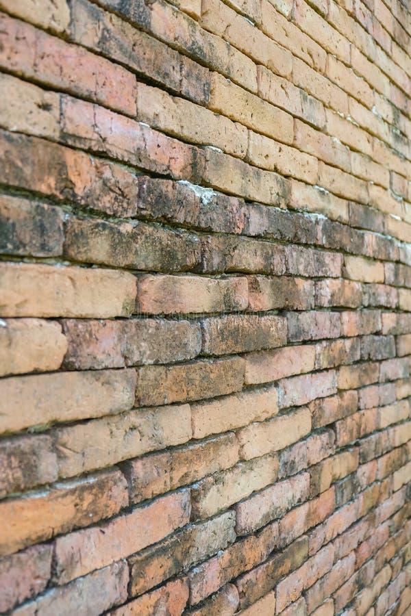 老红砖墙壁,墙纸纹理背景的对角角落 库存照片