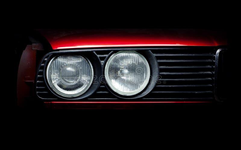 老红色汽车特写镜头照片的车灯 免版税库存图片