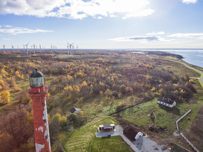 老红色灯塔在帕尔迪斯基,停留在海岸的爱沙尼亚  免版税库存照片