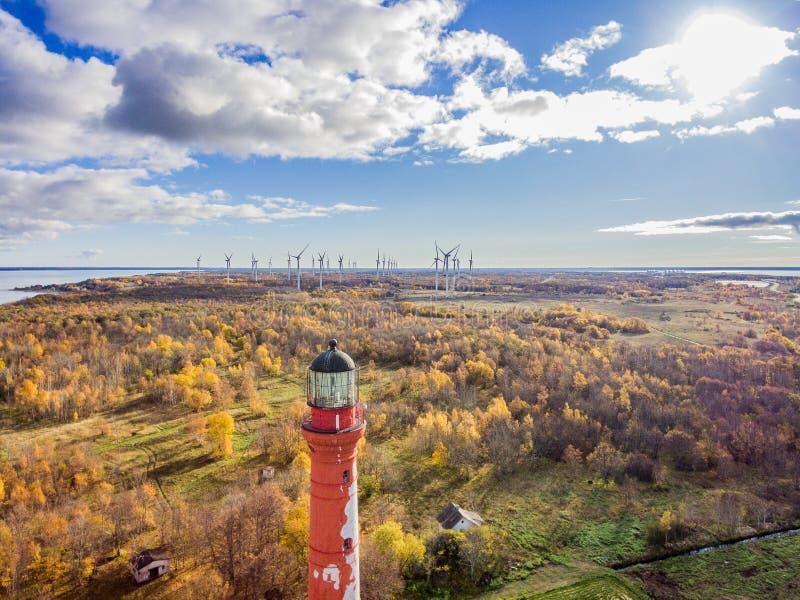老红色灯塔在帕尔迪斯基,停留在海岸的爱沙尼亚  库存照片