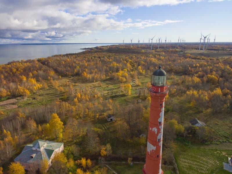 老红色灯塔在帕尔迪斯基,停留在海岸的爱沙尼亚  免版税库存图片