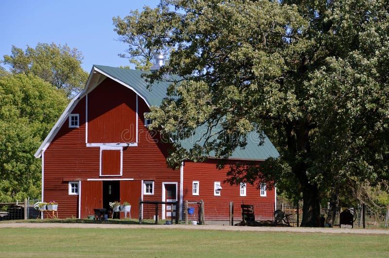 老红色臀部顶房顶了谷仓 免版税库存照片