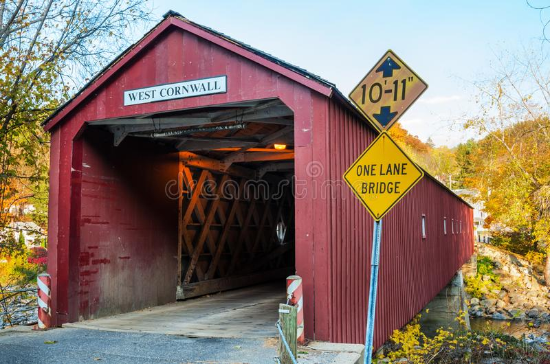 老红色被遮盖的桥在一清楚的秋天天 免版税库存照片