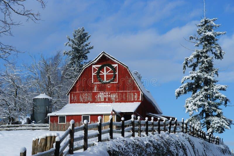 老红色谷仓冬天风景 免版税图库摄影