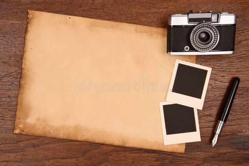 老纸、墨水笔和葡萄酒照片框架与照相机 免版税图库摄影